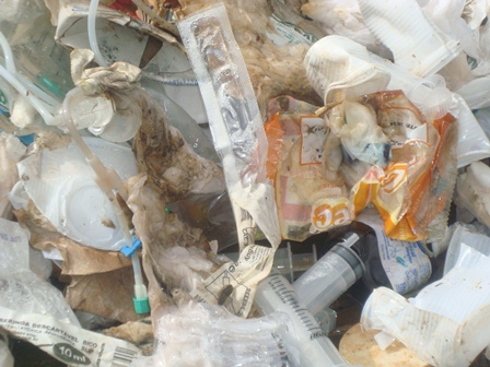 Lixo hospitalar no meio de lixo doméstico