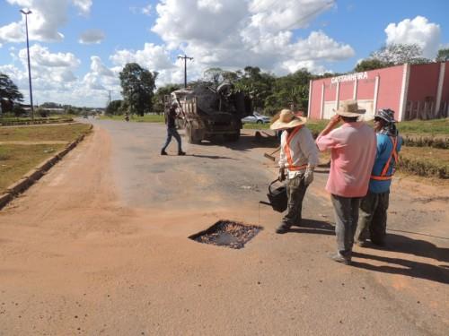 Prefeitura de Alta Floresta faz tapa-buraco da Perimetral Rogério Silva