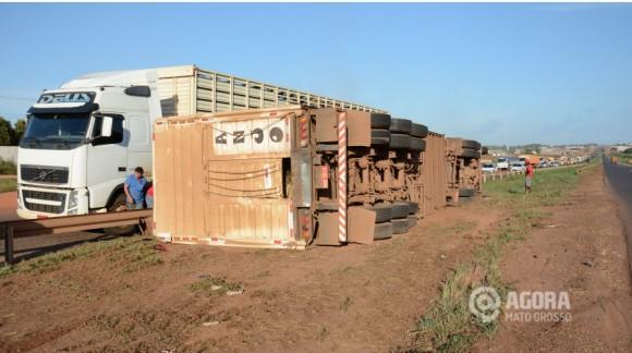 Carreta-Carregada-de-gado-tomba-na-br-364-proximo-a-PRF-em-Rondonopolis-580x324