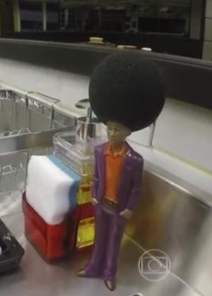 19jan2015---boneco-com-cabelo-de-esponja-e-um-dos-objetos-decorativos-da-cozinha-do-bbb16-1453243867113_300x420
