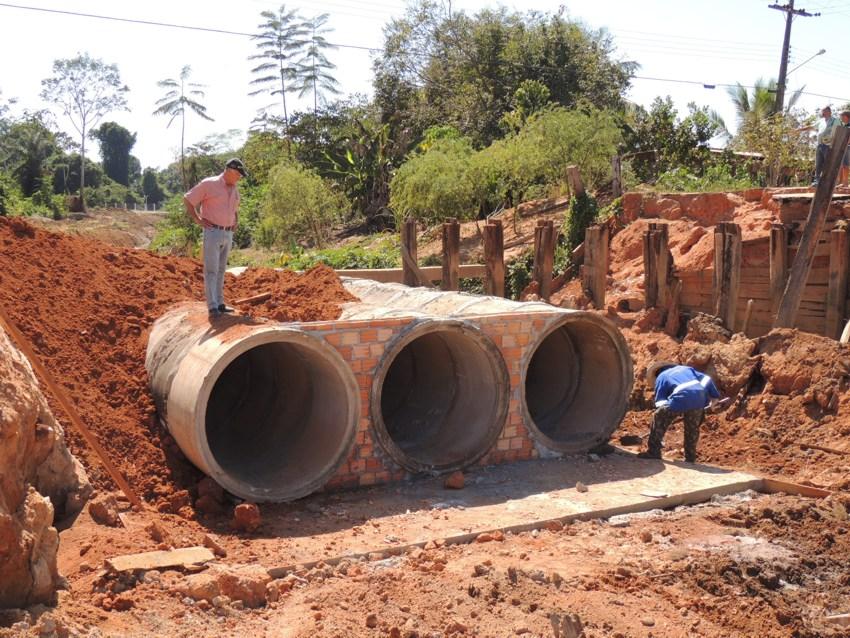 Construção de bueiro avança na Avenida Júlio Campos