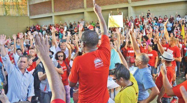 Professores-decidem-pela-continuidade-da-greve-12-07-16-614x340