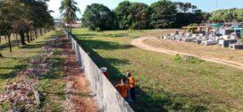 Equipe de obras da Prefeitura e Nova chance reconstrói parte do muro do  cemitério